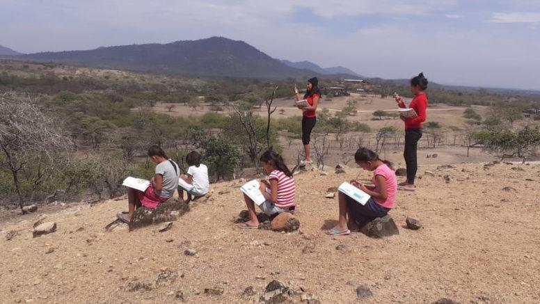 Por falta de acceso a Internet, miles de estudiantes abandonan la escuela.